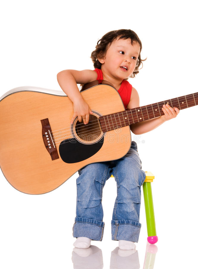 Pequeño guitarrista. imagenes de archivo