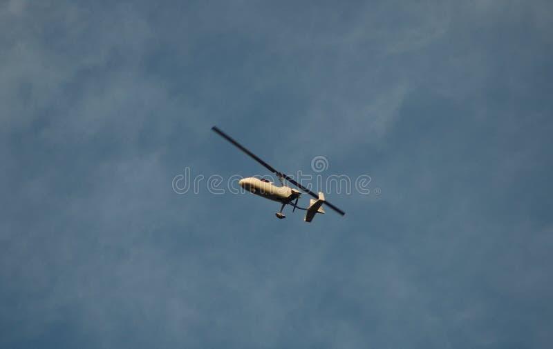 Pequeño helicóptero de una persona imágenes de archivo libres de regalías