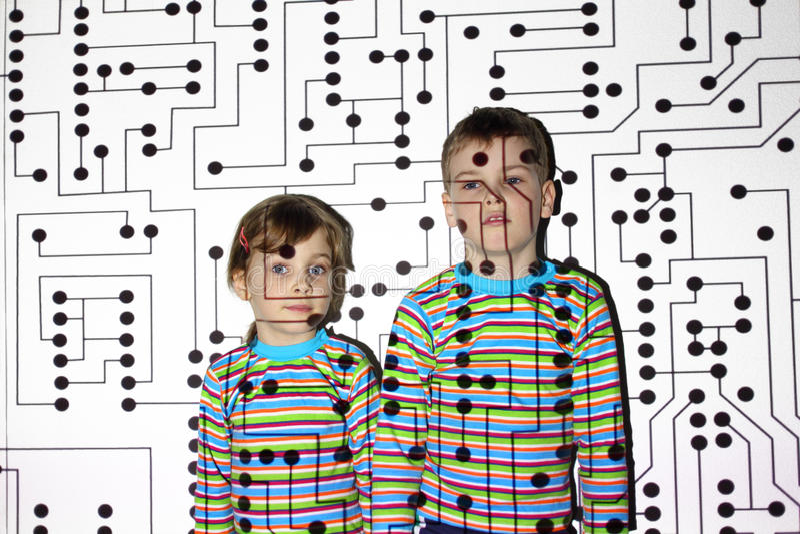 Pequeño hermano y hermana, circuito, tarjeta, favorable foto de archivo libre de regalías