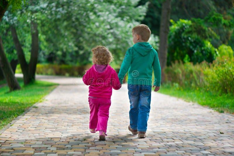 Pequeño hermano y hermana que caminan por el sendero fotos de archivo libres de regalías