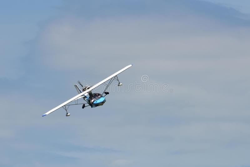 Pequeño hidroavión en vuelo foto de archivo