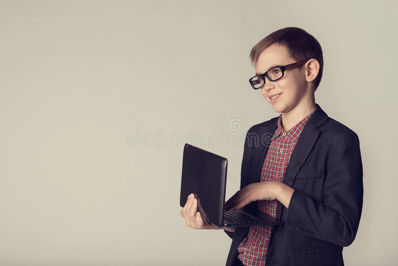 Pequeño hombre de negocios que sostiene el ordenador portátil en sus manos fotos de archivo
