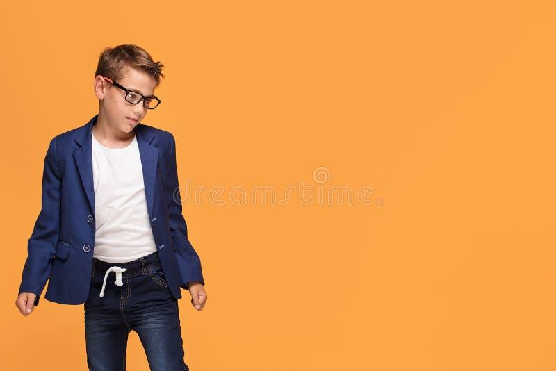 Pequeño hombre elegante en lentes foto de archivo