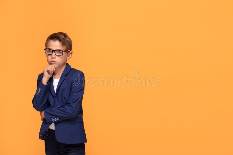 Pequeño hombre elegante en lentes fotografía de archivo libre de regalías