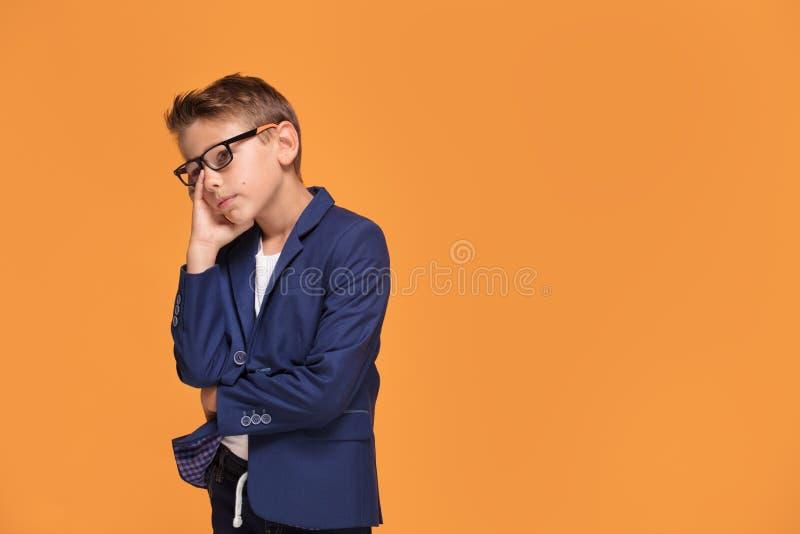 Pequeño hombre triste elegante en lentes imagen de archivo libre de regalías