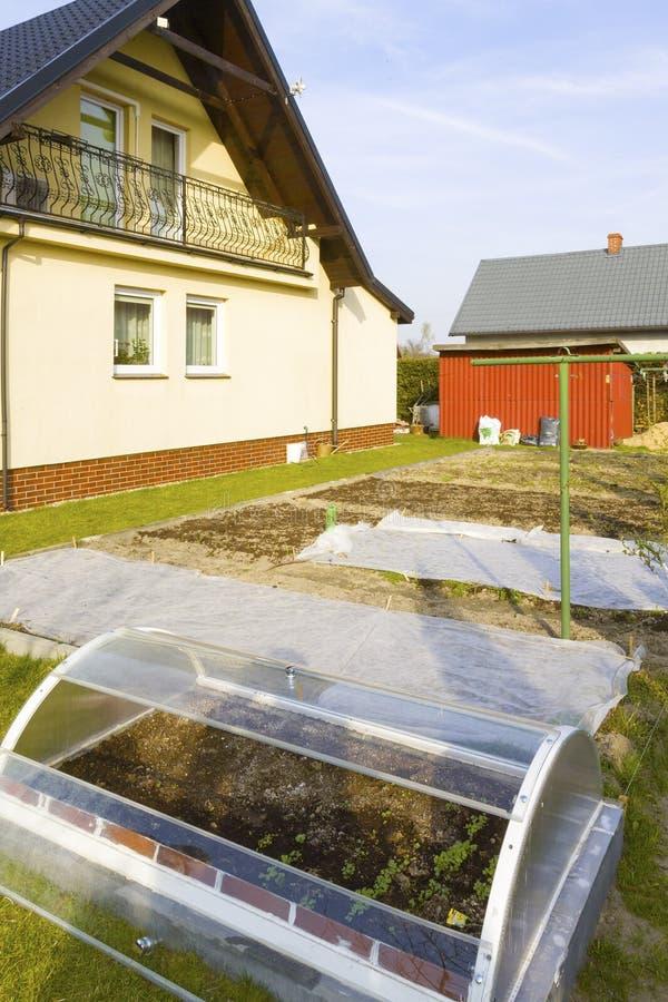 Pequeño invernadero en jardín imágenes de archivo libres de regalías