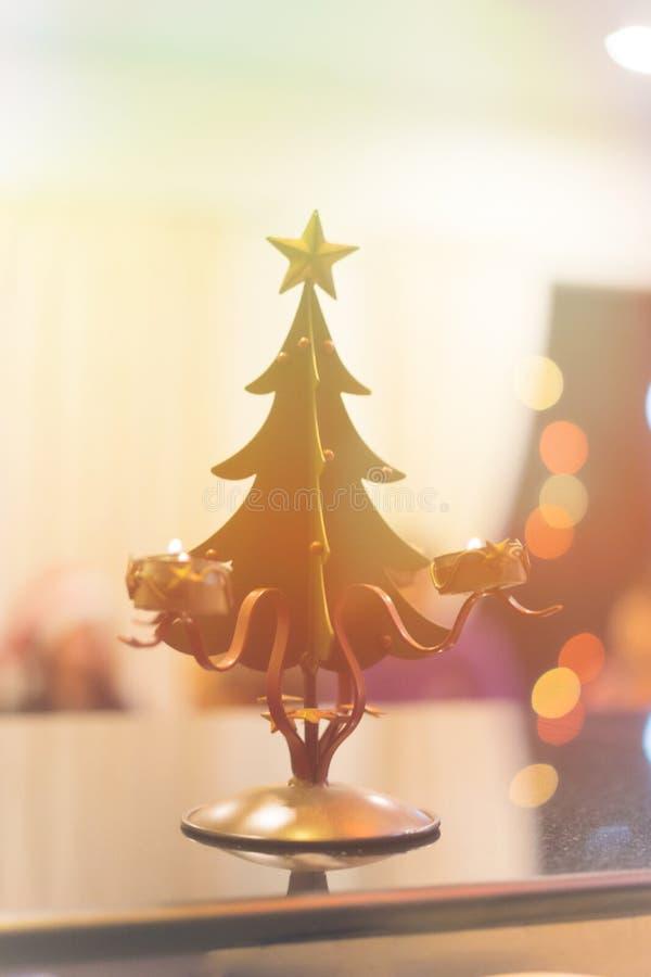 Pequeño juguete del árbol de navidad en la tabla en la noche foto de archivo
