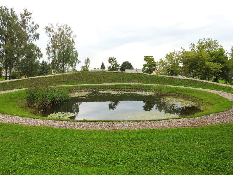 Pequeño lago en el parque, Lituania imagenes de archivo