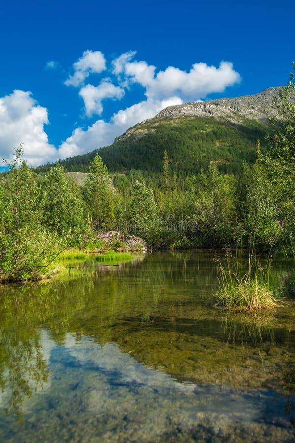 Pequeño lago en las montañas imagen de archivo