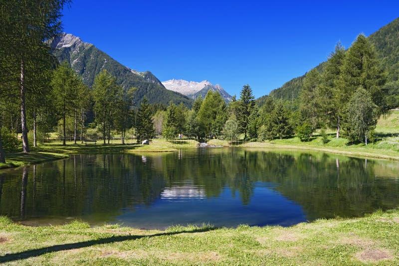 Pequeño lago en Vermiglio imágenes de archivo libres de regalías