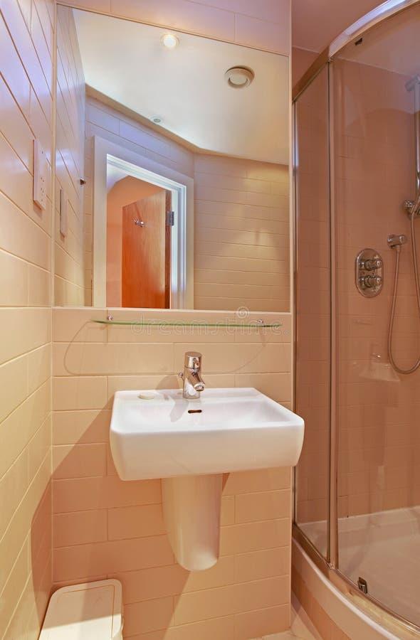 Pequeño lavabo del cuarto de baño fotos de archivo libres de regalías
