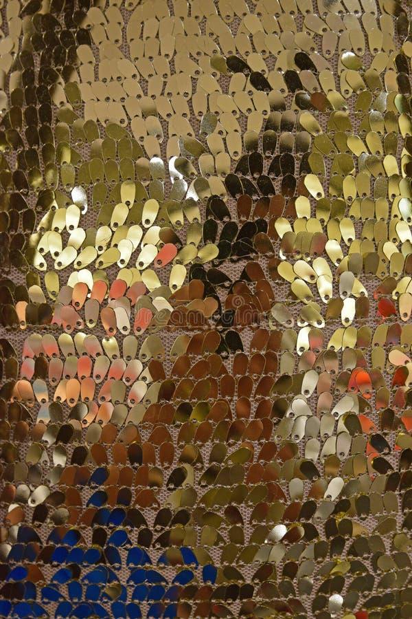 Pequeño metal brillante del oro en forma de la gotita que es atado con la secuencia como superficie decorativa fotografía de archivo
