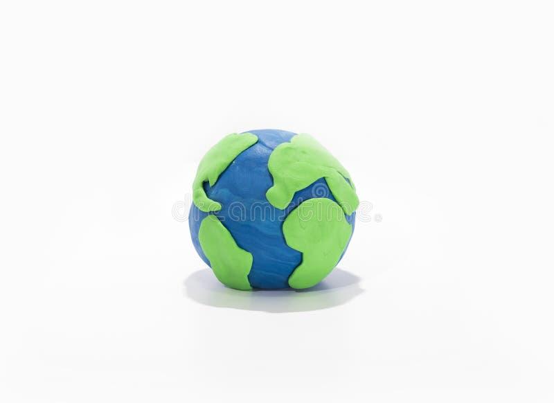 Pequeño modelo de tierra con las manos humanas fotografía de archivo libre de regalías