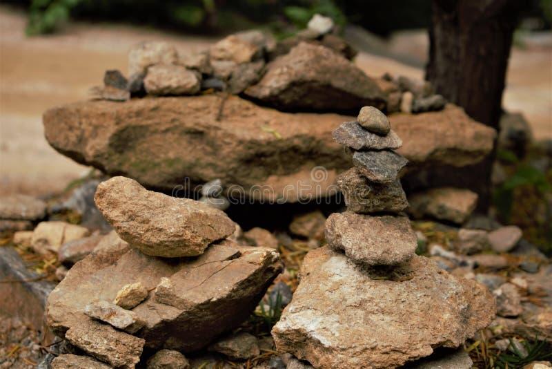 Pequeño mojón de piedra cerca de un templo budista coreano fotos de archivo