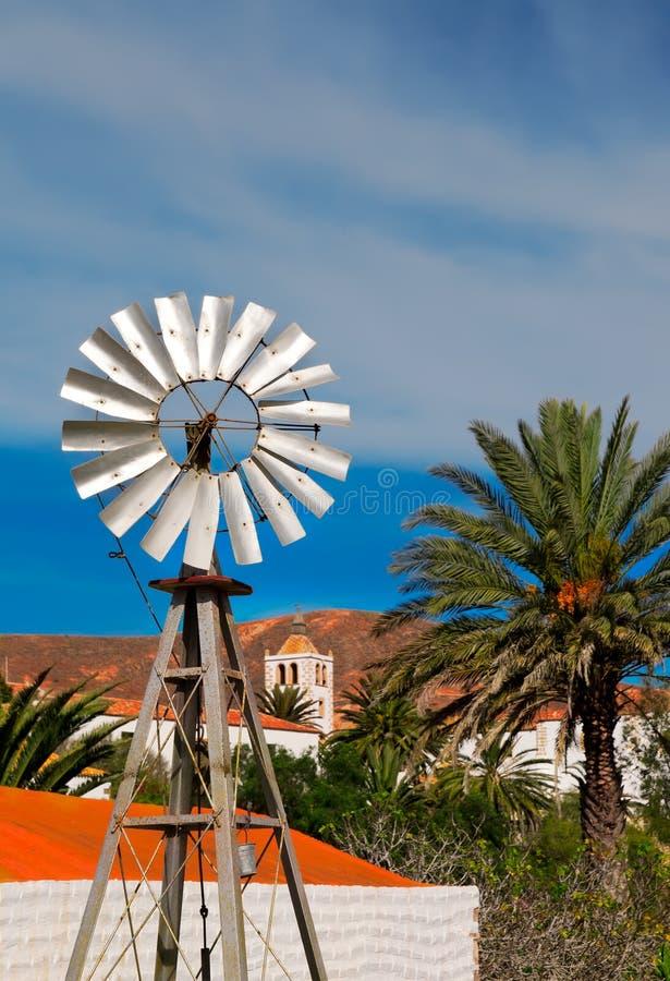 Pequeño molino de viento del estaño en Fuerteventura imágenes de archivo libres de regalías