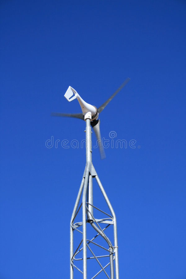 Pequeño molino de viento eléctrico fotografía de archivo