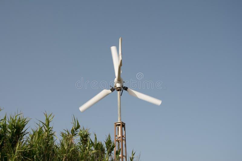Pequeño molino de viento en el movimiento imagenes de archivo