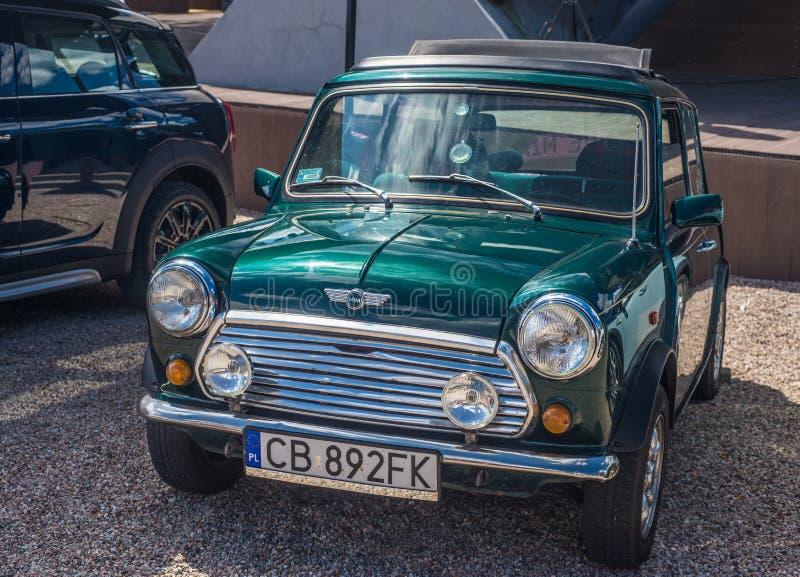 Pequeño Morris Mini Cooper verde parqueó fotografía de archivo