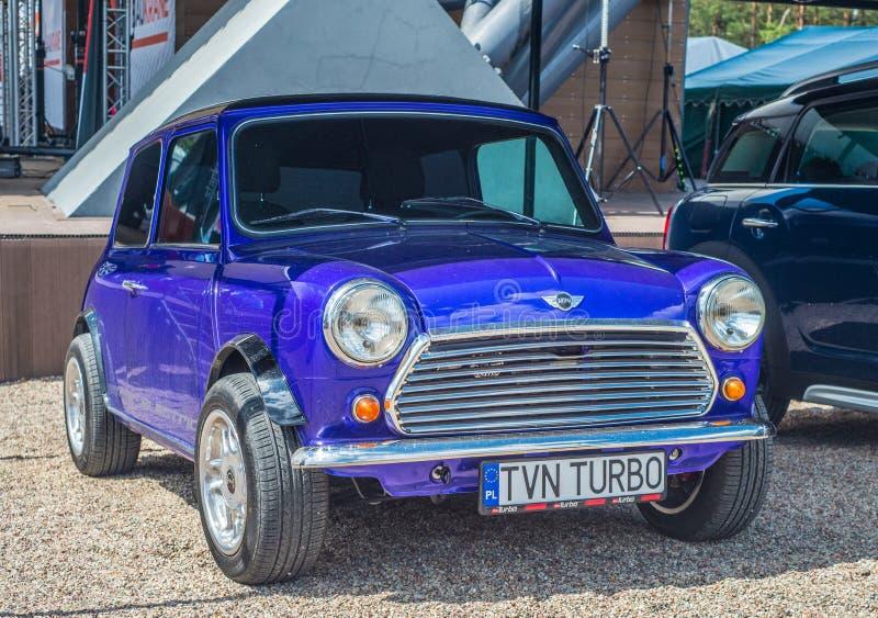 Pequeño Morris Mini Cooper violeta parqueó imagen de archivo