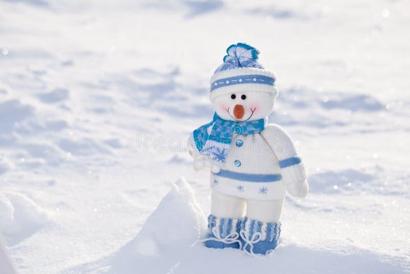 Pequeño muñeco de nieve. fotos de archivo