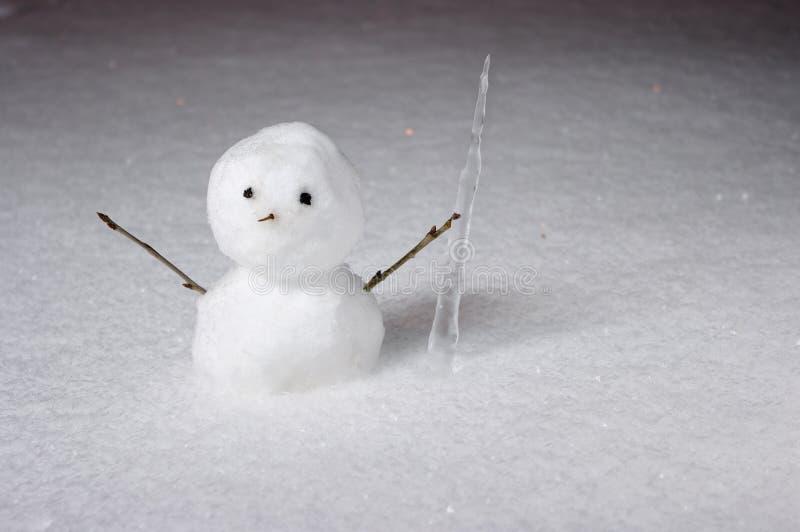 Pequeño muñeco de nieve con el carámbano foto de archivo libre de regalías