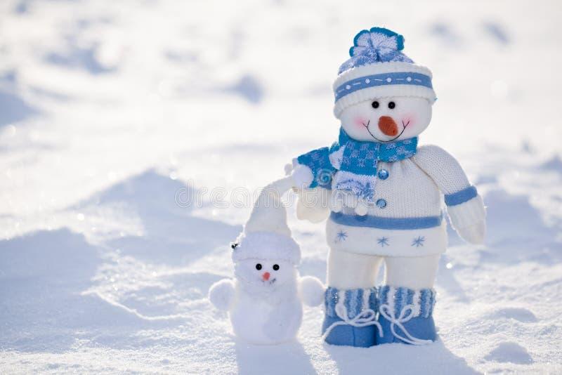 Pequeño muñeco de nieve con la nariz de la zanahoria. fotos de archivo libres de regalías