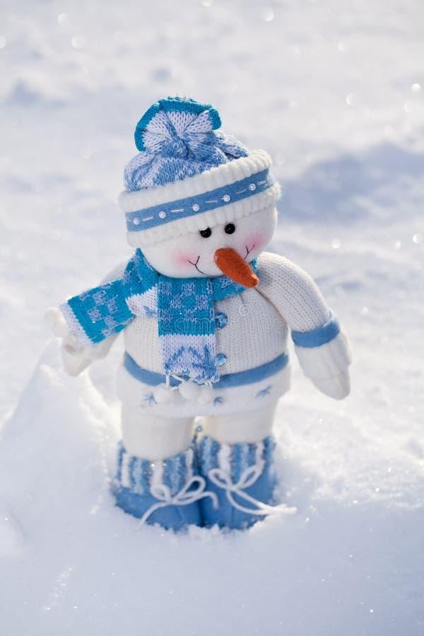 Pequeño muñeco de nieve en la nieve fotos de archivo