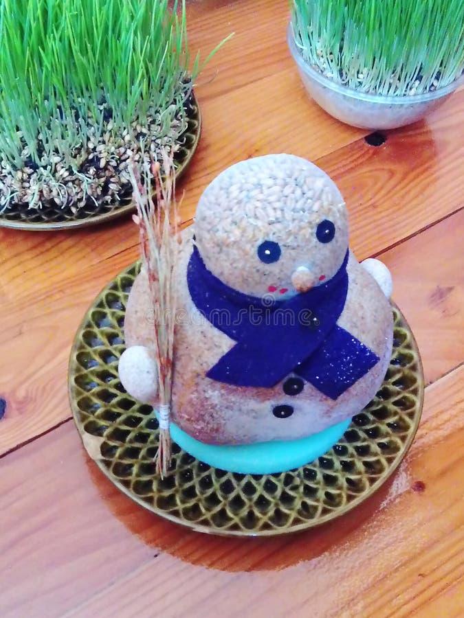 Pequeño muñeco de nieve hecho del serrín, del trigo y del calcetín de nylon imagen de archivo libre de regalías