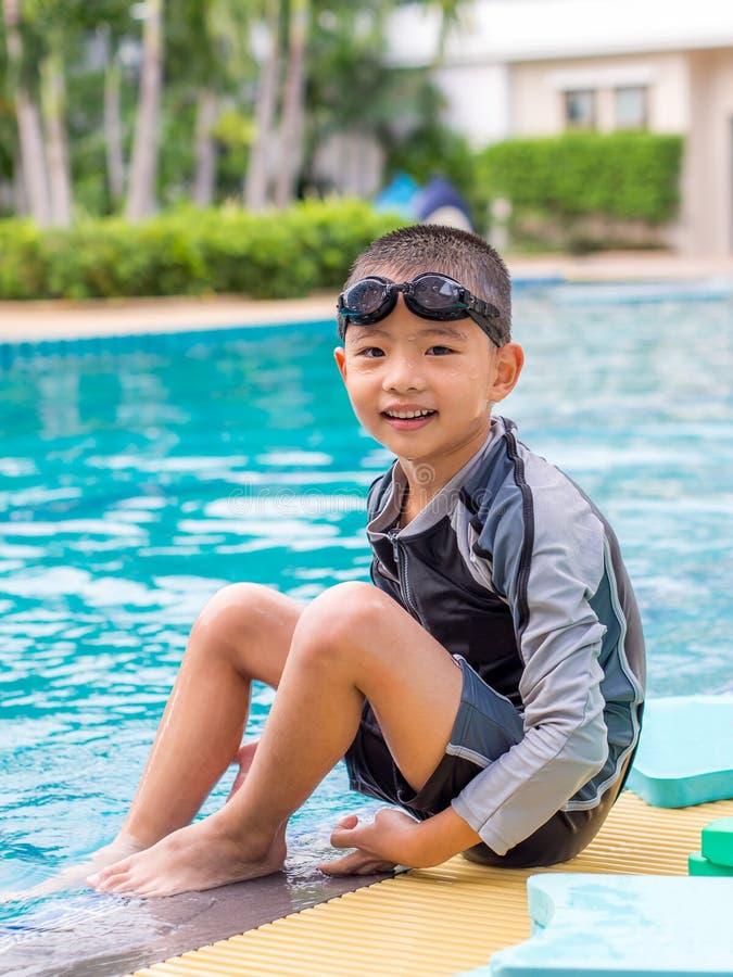 Pequeño muchacho asiático en traje de natación imagen de archivo libre de regalías