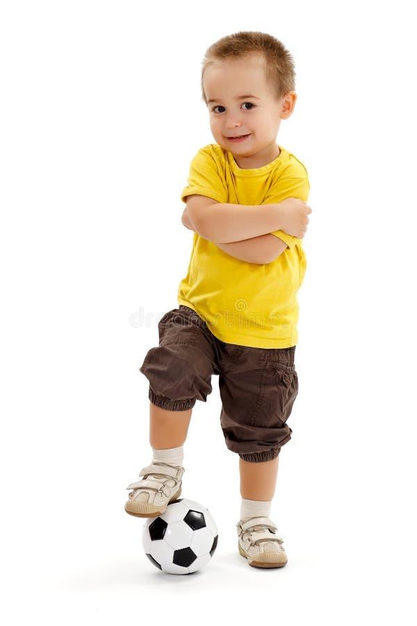 Pequeño muchacho del jugador de fútbol con la pequeña bola foto de archivo libre de regalías