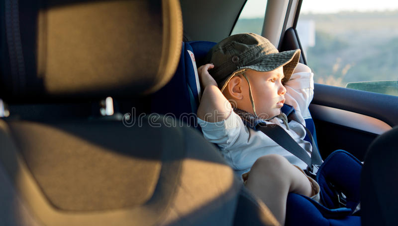 Pequeño muchacho en asiento del niño fotos de archivo libres de regalías