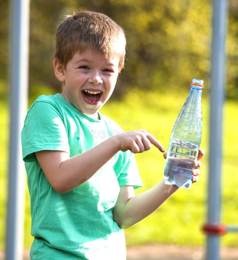 Pequeño muchacho feliz imagen de archivo libre de regalías