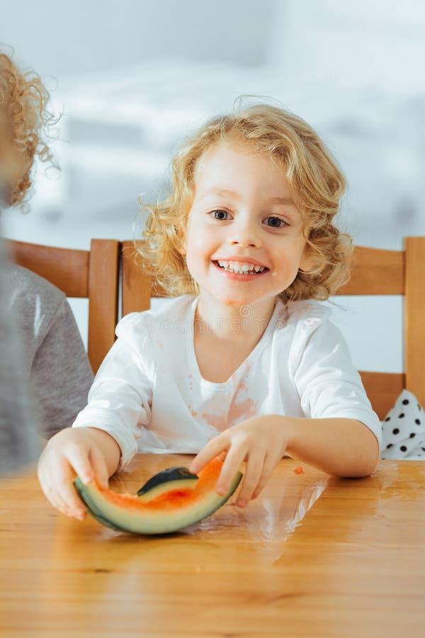Pequeño muchacho feliz que come la sandía foto de archivo