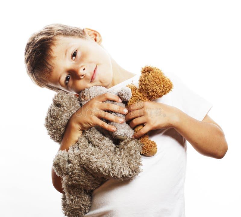 Pequeño muchacho lindo con el abrazo de muchos osos de peluche aislado cerca para arriba foto de archivo libre de regalías