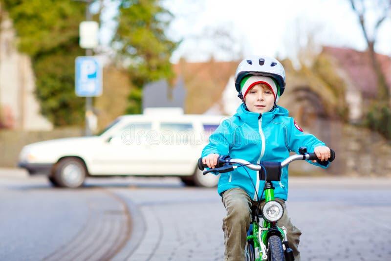 Pequeño muchacho preescolar del niño biking en la bicicleta imagen de archivo