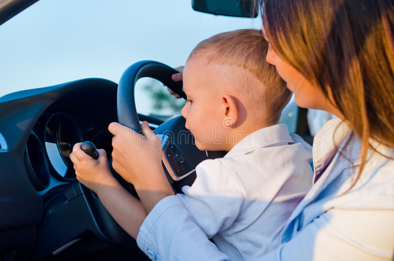 Pequeño muchacho que aprende conducir fotografía de archivo
