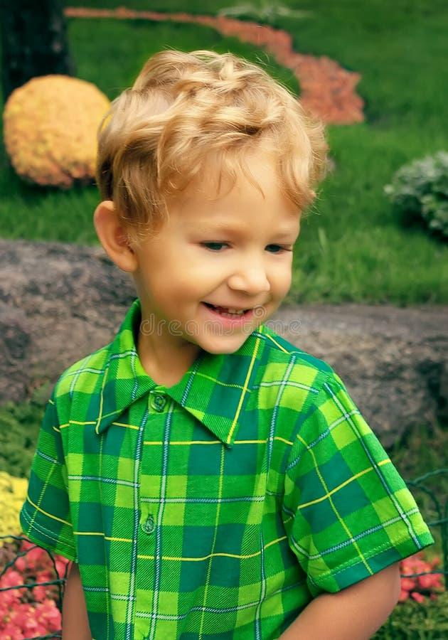 Pequeño muchacho sonriente fotografía de archivo libre de regalías