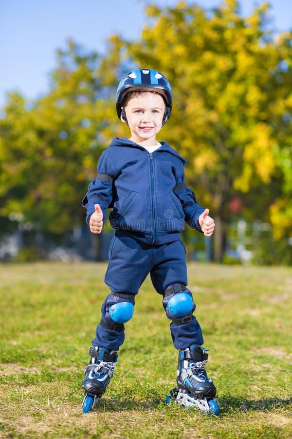 Pequeño muchacho sonriente del patinador fotografía de archivo libre de regalías