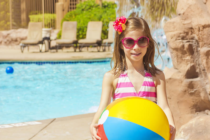 Pequeño nadador listo para jugar en la piscina imagen de archivo libre de regalías