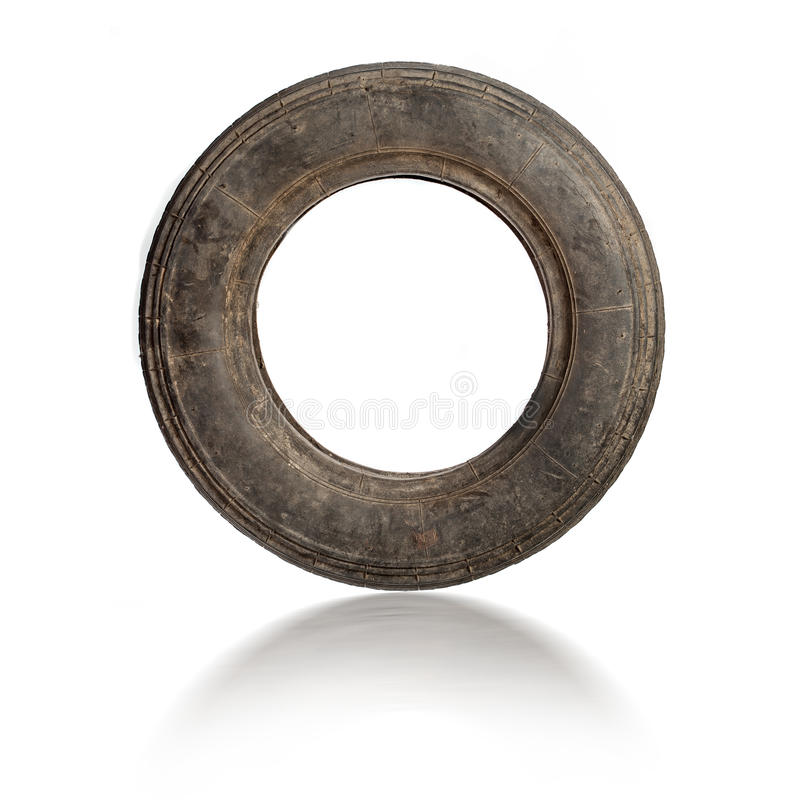 Pequeño neumático sucio viejo aislado foto de archivo