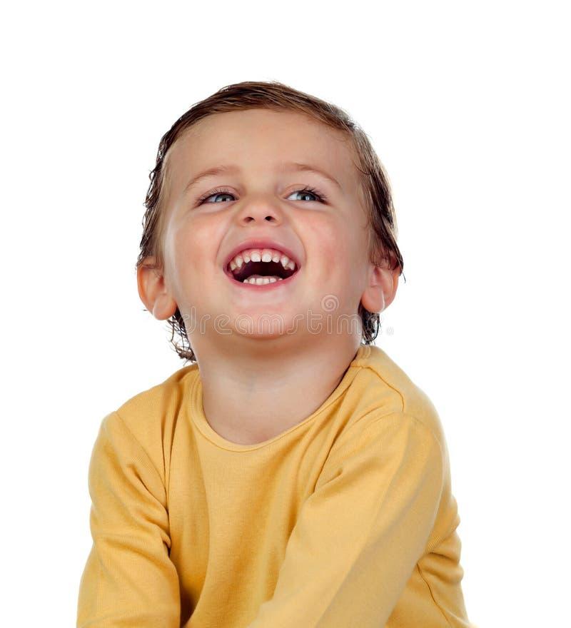 Pequeño niño adorable dos años con la camiseta amarilla fotos de archivo libres de regalías