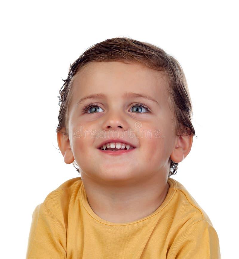 Pequeño niño adorable dos años con la camiseta amarilla imágenes de archivo libres de regalías
