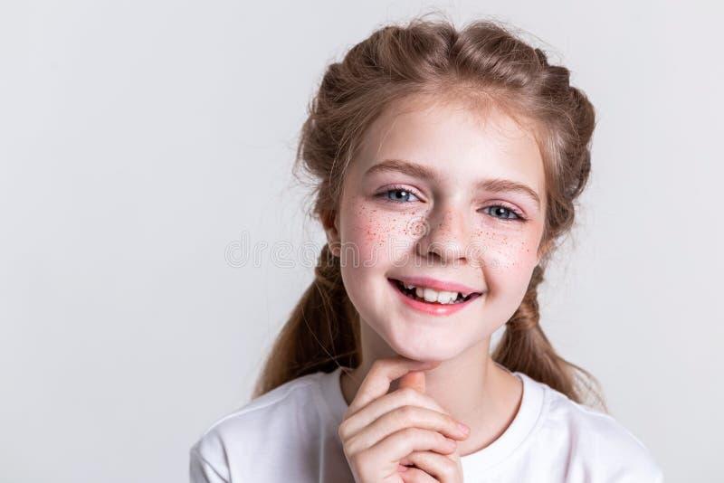 Pequeño niño bonito contento que muestra sus dientes en sonrisa amplia fotos de archivo libres de regalías