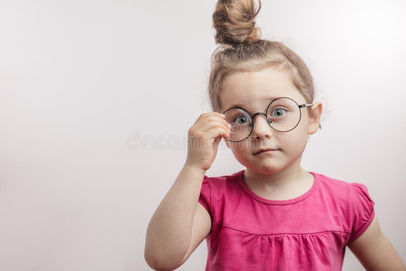 Pequeño niño brillante impresionante en equipo casual fotografía de archivo