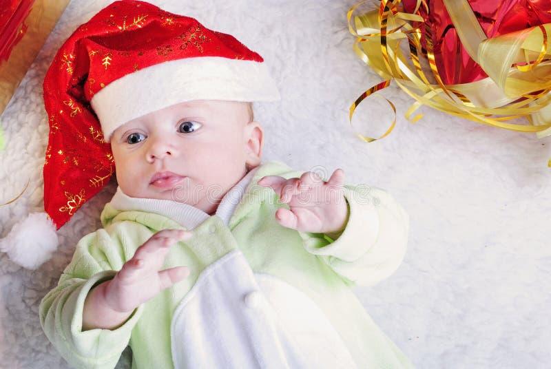 Pequeño niño cerca del árbol del Año Nuevo foto de archivo libre de regalías