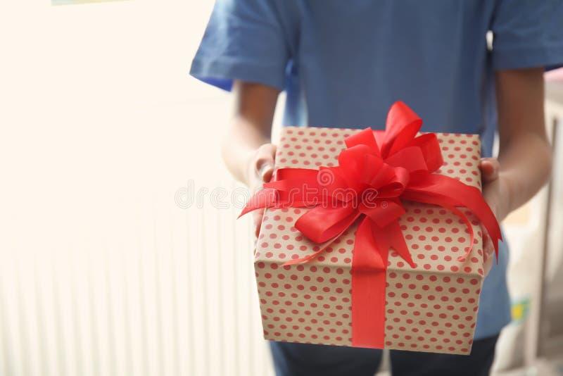 Pequeño niño con la caja de regalo para el día del ` s de la madre foto de archivo