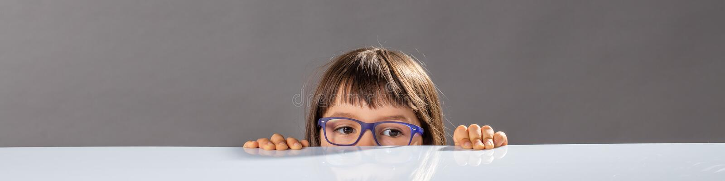 Pequeño niño con la ocultación de las lentes, demasiado pequeña alcanzar hacia fuera fotografía de archivo