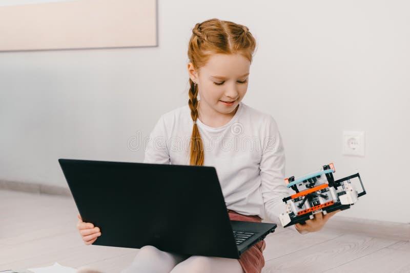 pequeño niño concentrado que programa el robot diy, tronco fotos de archivo libres de regalías