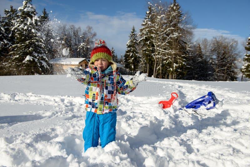 Pequeño niño de 3 años en la nieve foto de archivo