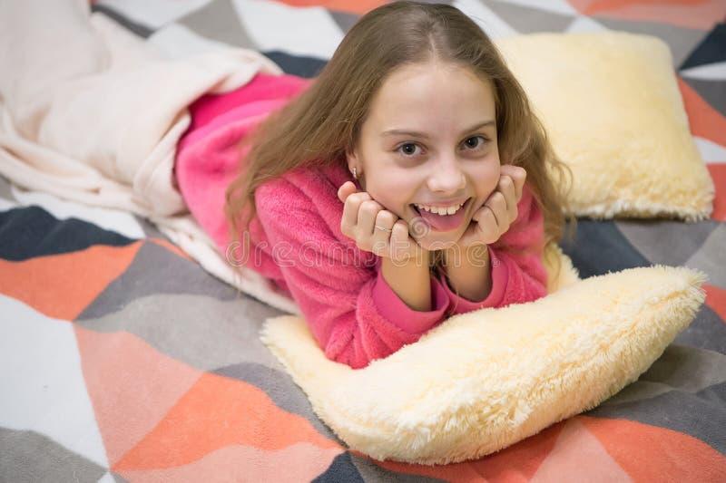 Pequeño niño de la muchacha listo para dormir Hora de relajarse Buenos días El día de los niños internacionales Poco muchacha fel foto de archivo libre de regalías